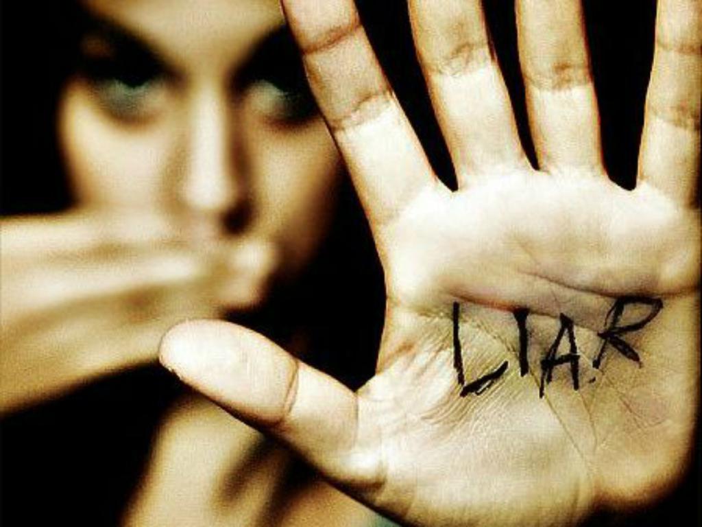 Uścisk dłoni a kłamstwo jak rozpoznać kłamcę